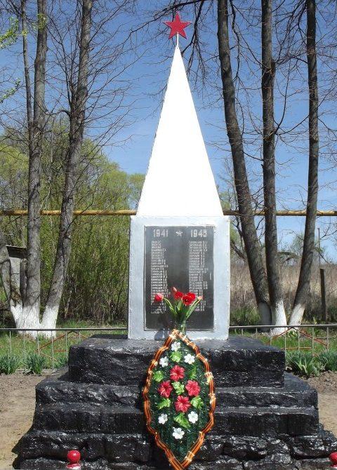 д. Долматово Чернского р-на. Обелиск, установленный в 1966 году на братской могиле, в которой похоронены советские воины.