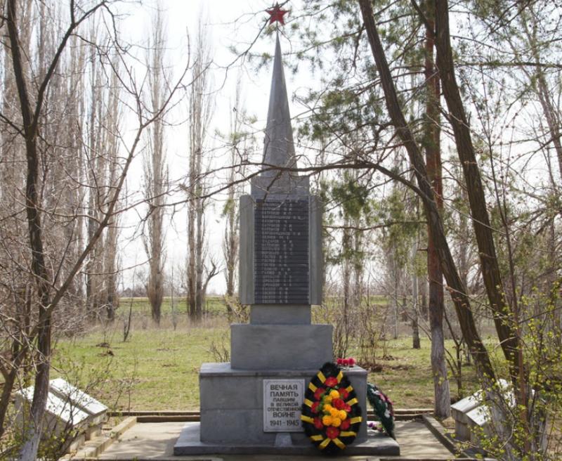 с. Батаевка Ахтубинского р-на. Памятник на территории школы, установленный в 1972 году в память о погибших земляках в годы войны.