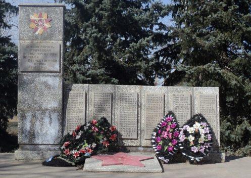 с. Грачи Енотаевского р-на. Памятник по улице Советской, установленный в честь земляков, погибших в годы войны.