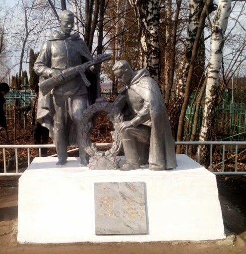 д. Круглики Ефремовского городского округа. Памятник, установленный на братской могиле советских воинов, погибших в годы войны.