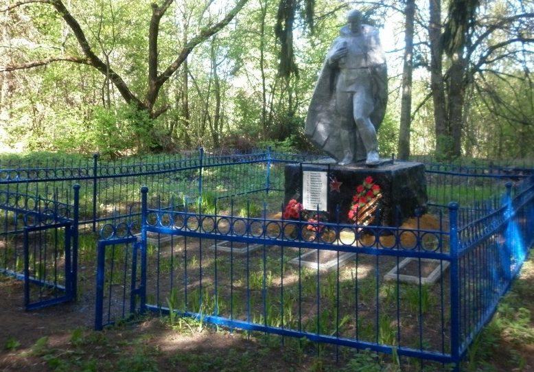 с. Дупны Чернского р-на. Памятник, установленный на братской могиле, в которой похоронены советские воины.