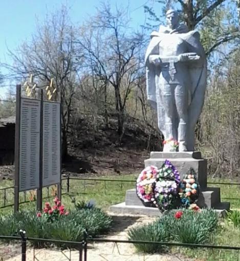 д. Дьяково Чернского р-на. Памятник, установленный на братской могиле, в которой похоронены советские воины.