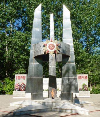 п. Енотаевка. Обелиск был установлен в центральном парке в 1985 году по проекту Ивана Кожина в честь погибших на войне 234 земляков.
