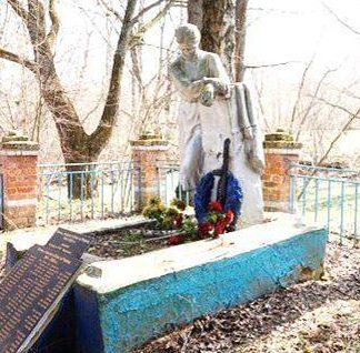 д. Лазы Арсеньевского р-на. Памятник, установленный на братской могиле, в которой похоронены советские воины.