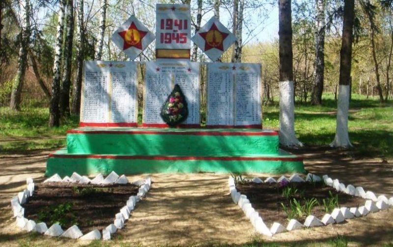 д. Дьяково Чернского р-на. Памятник, установленный в 1966 году на братской могиле, в которой похоронены советские воины.