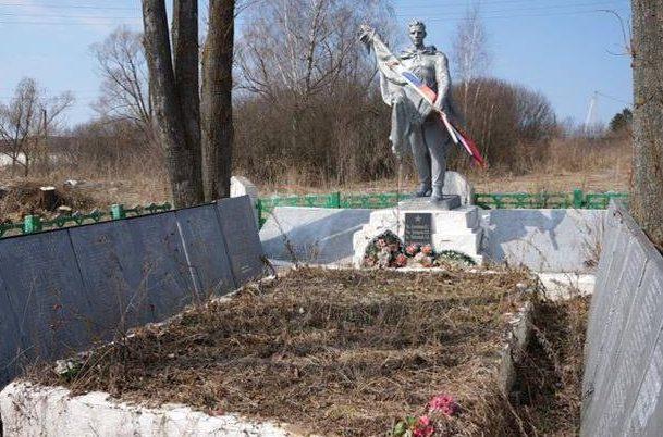с. Манаенки Арсеньевского р-на. Памятник, установленный на братской могиле, в которой похоронены советские воины.