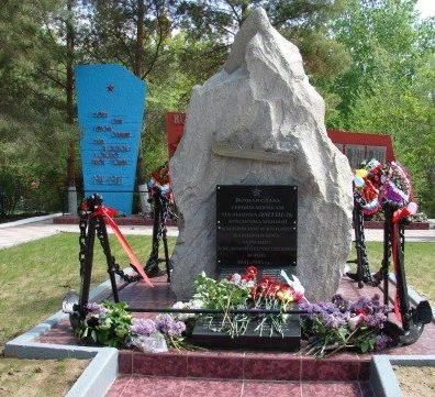с. Замьяны Енотаевского р-на. Мемориал по улице Дорожной, установленный на братской могиле 26 моряков Каспийской военной флотилии, погибших 10 мая 1943 года.