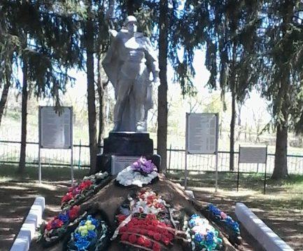 п. Жизнь Чернского р-на. Памятник, установленный на братской могиле, в которой похоронены советские воины.