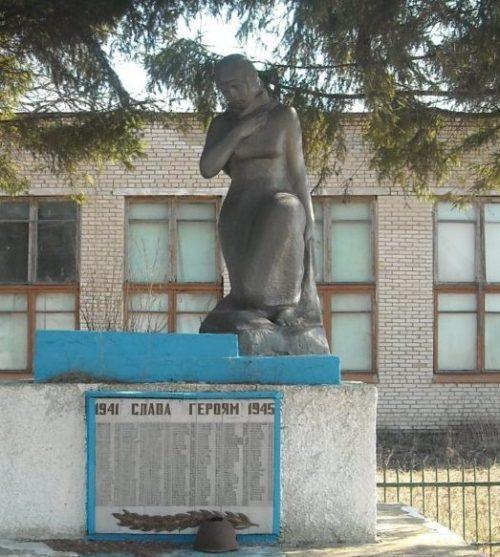 с. Мокрое Арсеньевского р-на. Памятник, установленный на братской могиле, в которой похоронены советские воины.