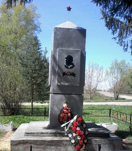 п. Жизнь Чернского р-на. Обелиск, установленный в 1966 году на братской могиле, в которой похоронены советские воины.