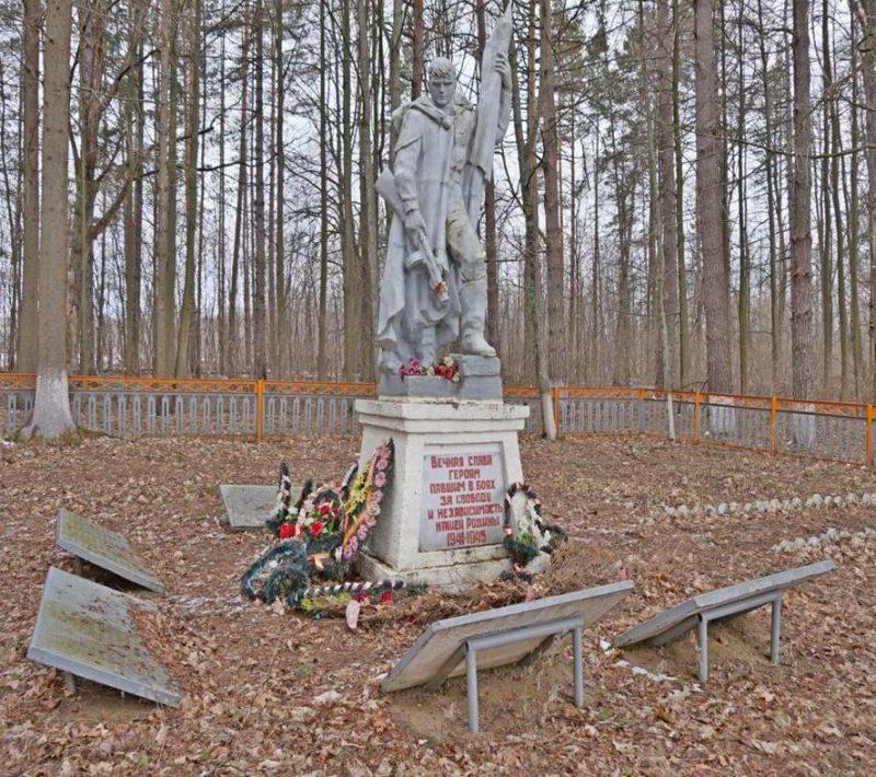 п. Мощевский Арсеньевского р-на. Памятник, установленный на братской могиле, в которой похоронены советские воины.
