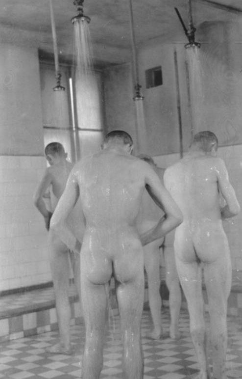 Санитарная обработка евреев перед отправкой на работы. Май 1941 г.