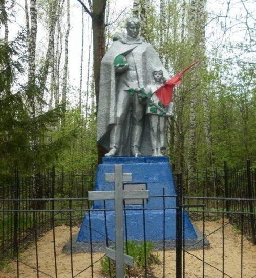 п. Звезда Чернского р-на. Памятник, установленный на братской могиле, в которой похоронены советские воины.