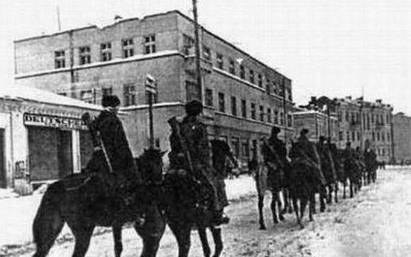 Красная Армия входит в город. Февраль 1944 г.