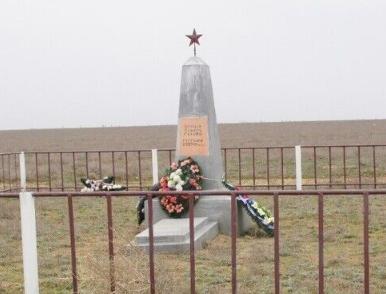 п. Верхний Баскунчак Ахтубинского р-на. Братская могила советских воинов, погибших в 1942 году.