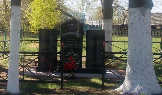 д. Кожинка Чернского р-на. Обелиск, установленный в 1966 году на братской могиле, в которой похоронены советские воины.