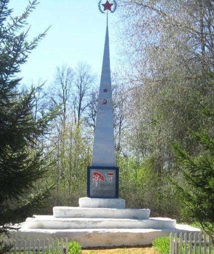 п. Красный Путь Чернского р-на. Обелиск, установленный в 1966 году на братской могиле, в которой похоронены советские воины.