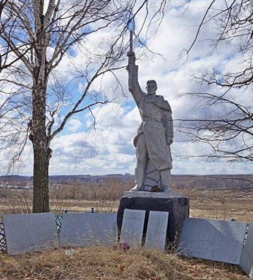 д. Песочное Арсеньевского р-на. Памятник, установленный на братской могиле, в которой похоронены советские воины.