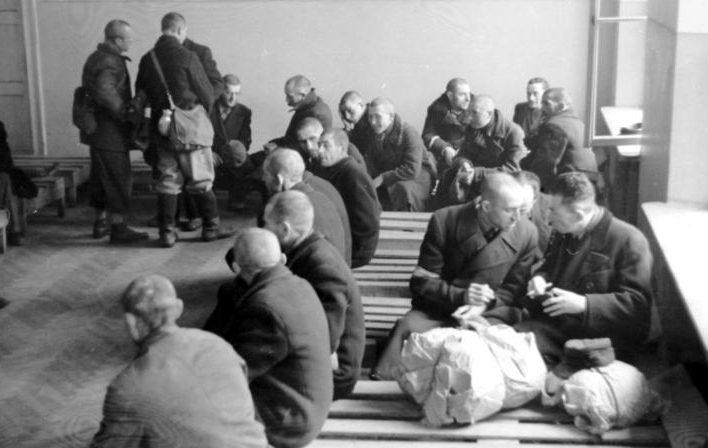 Евреи после санобработки. Май 1941 г.