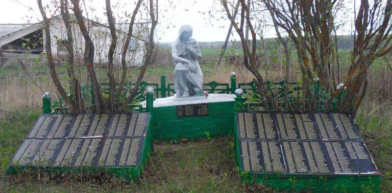 д. Поляны Арсеньевского р-на. Памятник, установленный на братской могиле, в которой похоронено 694 советских воина.