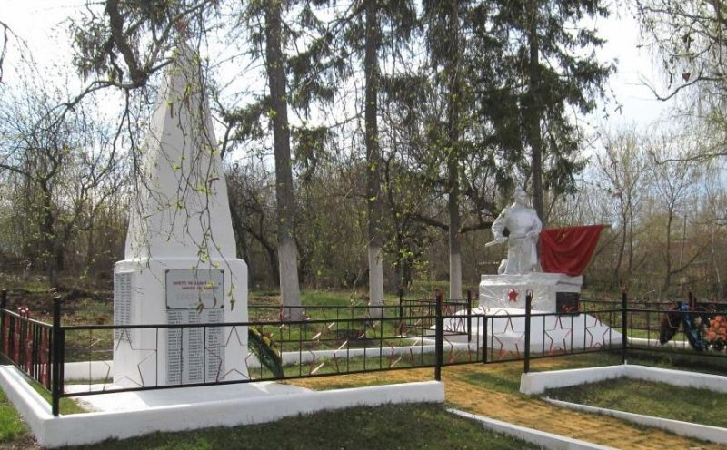 п. Липицы Чернского р-на. Памятник, установленный на братской могиле, в которой похоронены советские воины.