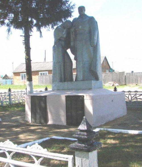 д. Рахлеево Арсеньевского р-на. Памятник, установленный на братской могиле, в которой похоронены советские воины.
