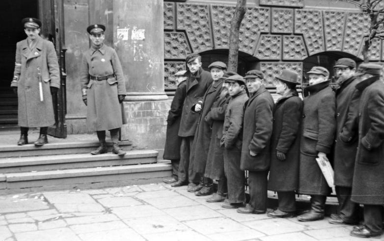 Евреи перед выходом на работы. Май 1941 г.