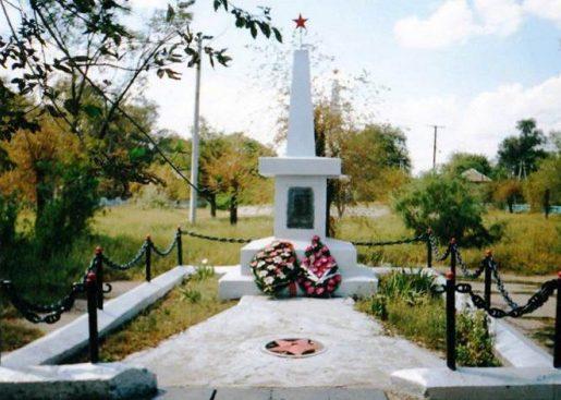 п. Верхний Баскунчак Ахтубинского р-на. Памятник погибшим воинам Красной Армии в Гражданскую и Великую Отечественную войны.
