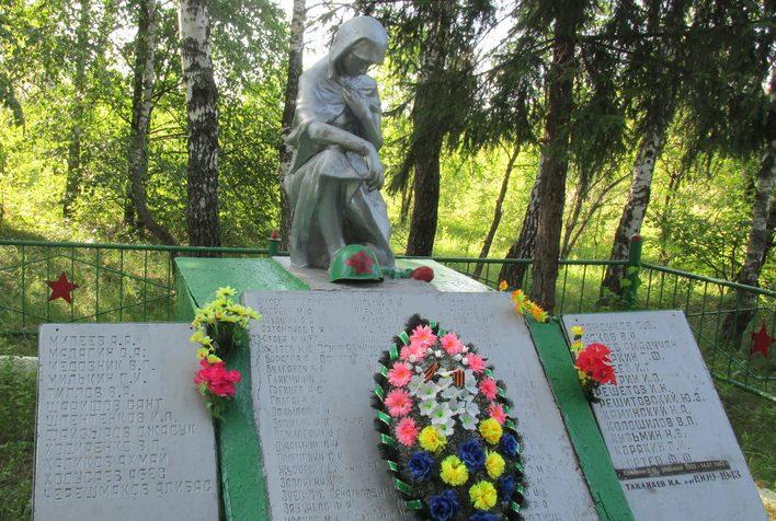 д. Рыдань Арсеньевского р-на. Памятник, установленный на братской могиле, в которой похоронены советские воины, погибшие в годы войны.