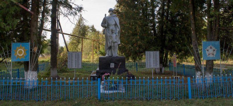 с. Малое Скуратово Чернского р-на. Памятник, установленный на братской могиле, в которой похоронены советские воины.