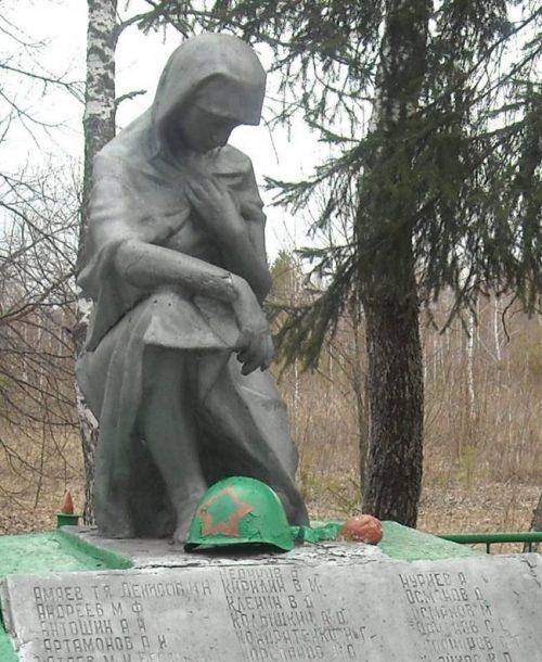 д.Троицкое Арсеньевского р-на. Памятник, установленный на братской могиле, в которой похоронены советские воины, погибшие в годы войны.