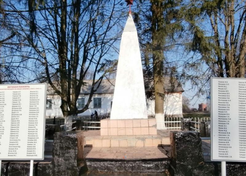 с. Малое Скуратово Чернского р-на. Обелиск, установленный в 1966 году на братской могиле, в которой похоронены советские воины.