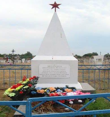 с. Пришиб Енотаевского р-на. Братская могила, в которой похоронено15 неизвестных солдат и рядовой Жуков Н.И., погибших в результате бомбёжки переправы возле села в 1942 году.