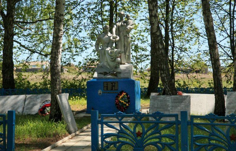 д. Хлопово Арсеньевского р-на. Памятник, установленный на братской могиле, в которой похоронено 2 тысячи советских воинов.
