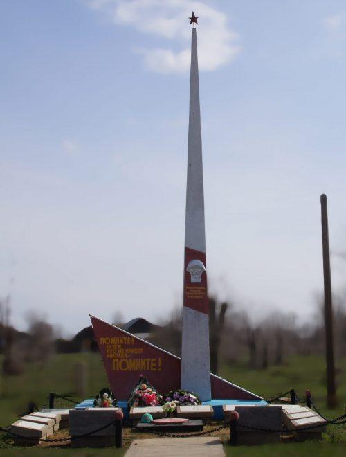 с. Золотуха Ахтубинского р-на. Памятник, установленный в 1971 году в честь погибших воинов в годы войны.