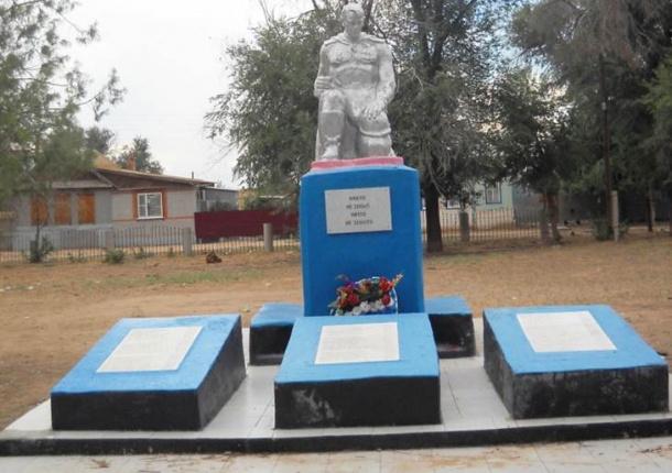 с. Сероглазка Енотаевского р-на. Памятник, установленный в 1952 году в честь погибших земляков.