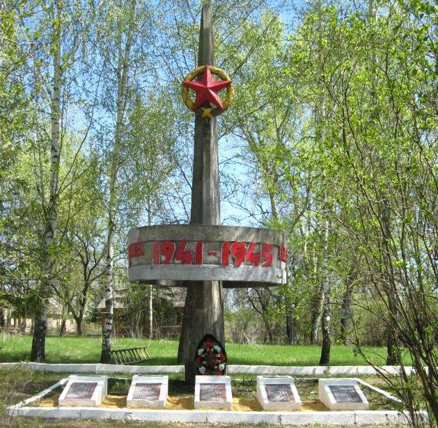 д. Молчаново Левое Черского р-на. Обелиск, установленный в 1966 году на братской могиле, в которой похоронены советские воины.