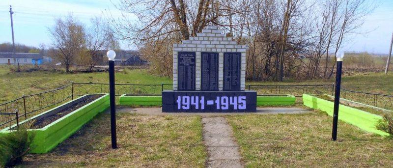 п. Октябрьский Ефремовского городского округа. Памятник, установленный на братской могиле советских воинов, погибших в годы войны.