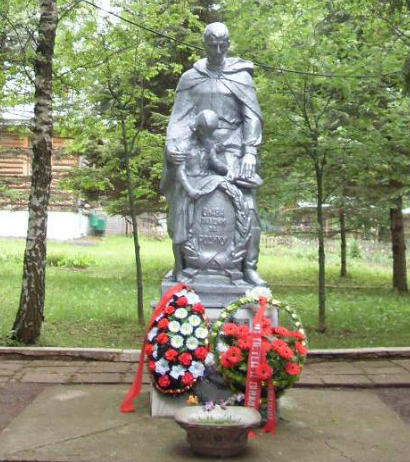 с. Николо-Вяземское Черского р-на. Памятник, установленный на братской могиле, в которой похоронены советские воины.