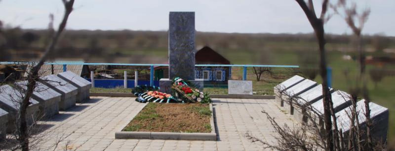 с. Ново-Николаевка Ахтубинского р-на. Мемориал, установленный в 1985 году в честь погибших земляков в годы войны.