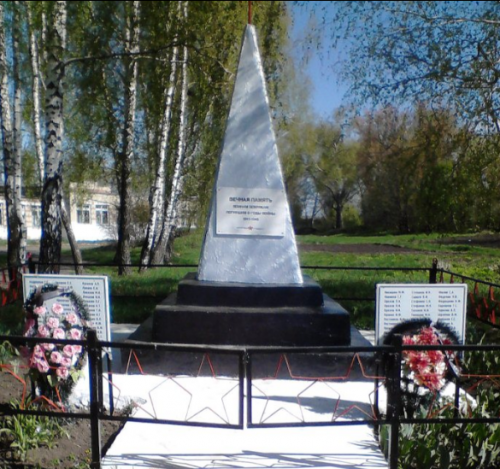с. Новое Покровское Черского р-на. Обелиск, установленный в 1966 году на братской могиле, в которой похоронены советские воины.