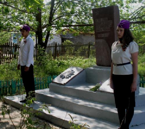 с. Озерное Икрянинского р-на. Памятник односельчанам, погибшим в годы войны, сооружённый в 1980 году в канун празднования 35-летия Великой Победы.