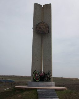 с. Седлистое Икрянинского р-на. Памятник, установленный в 1986 году, в честь погибшим воинов в годы войны.