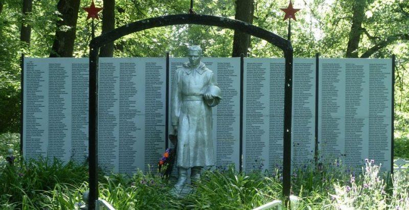 с. Полтево Чернского р-на. Памятник, установленный на братской могиле, в которой похоронены советские воины.