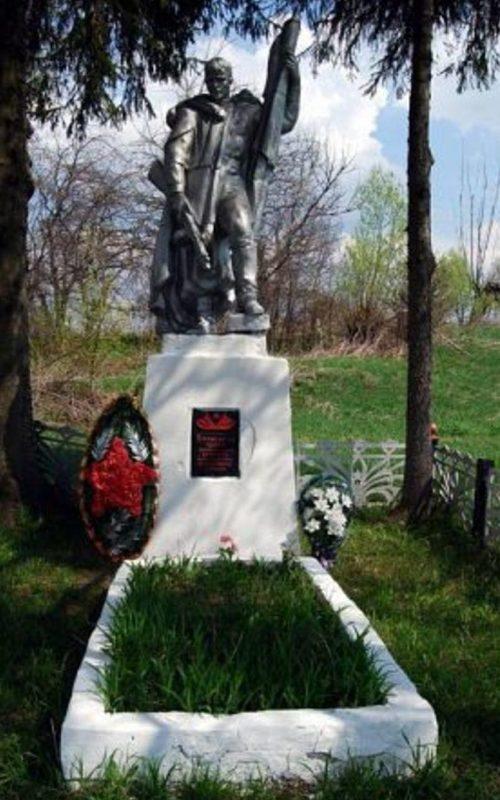 д. Башкино Белевского р-на. Памятник, установленный в 1957 году на братской могиле, в которой похоронены советские воины.