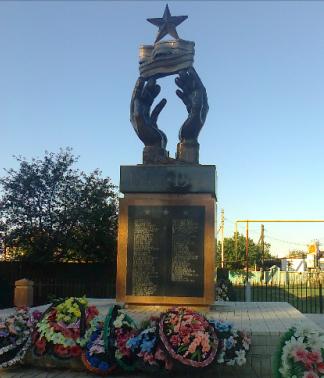 с. Бирючек Камызякского р-на. Обелиск, установленный в 2008 году в честь воинов, погибших в годы войны.