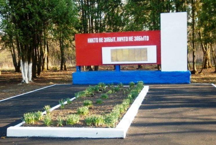 д. Поповка 1-я Чернского р-на. Обелиск, установленный в 1966 году на братской могиле, в которой похоронены советские воины.