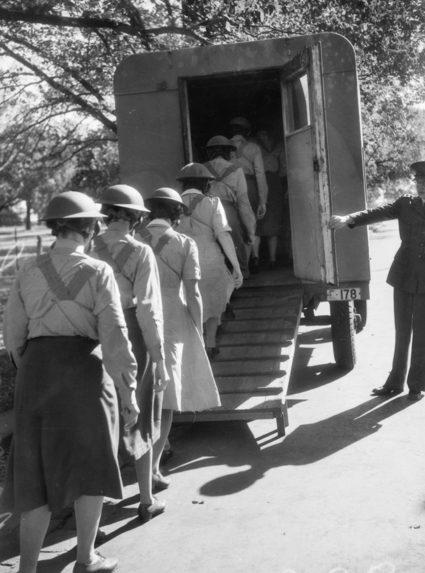 Члены AWAS входят в мобильную газовую камеру для проверки противогазов во время учебного курса в Мельбурне. Март 1943 г.