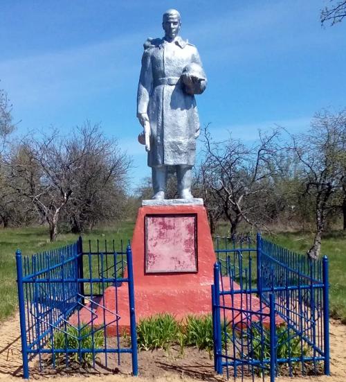 д. Синегубово - 1 Чернского р-на. Памятник, установленный на братской могиле, в которой похоронены советские воины.
