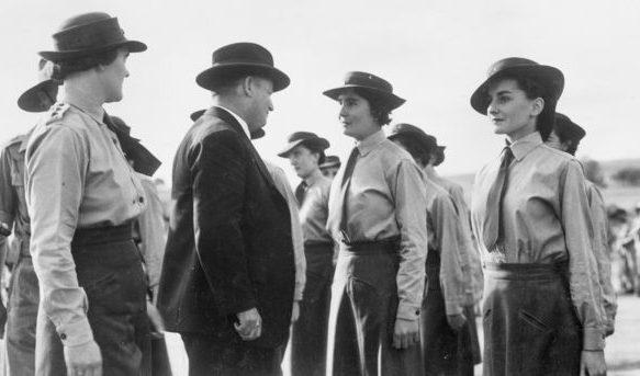 Министр австралийской армии Ф. М. Форде осматривает персонал AWAS в Западном учебном центре. Нортам, 20 апреля 1943 г.